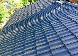 Taket är färdiglagt med 2-kupig Jönåker takpanna ytbehandlad