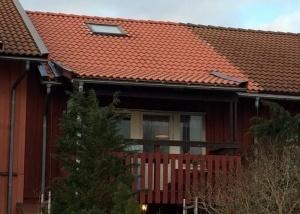 Takläggningen är nu färdig samt att alla plåtar på taket är målade.