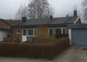 Takläggarna är precis färdiga med takläggningen av Jönåker svart ytb. Vi har även monterat nya vindskivor, vindskivebeslag, nya hängrännor och stuprör samt monterat nya plåtkransar vid ventilationskåporna.