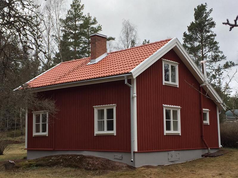 Huset med sockel är färdigmålat